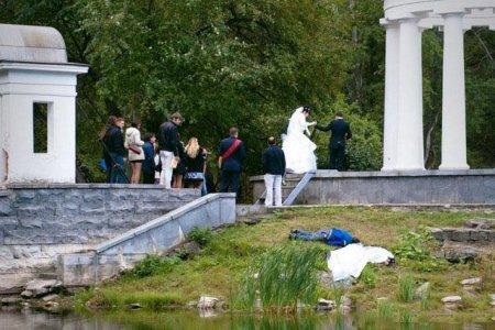 невеста лежит рядом