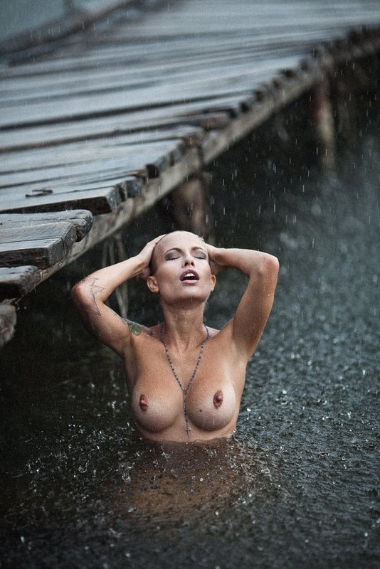 sexy-nude-girl-in-the-rain