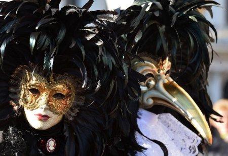 маски в черном