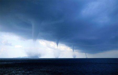 торнадо над морем