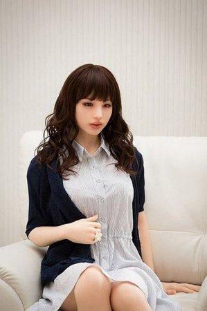 японка в роли куклы