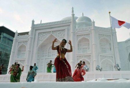 танец у дворца