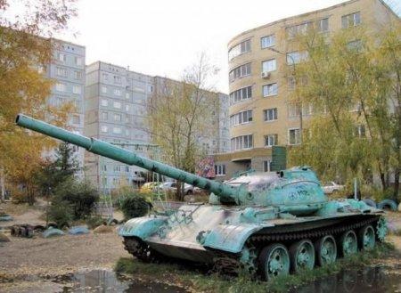 танк во дворе