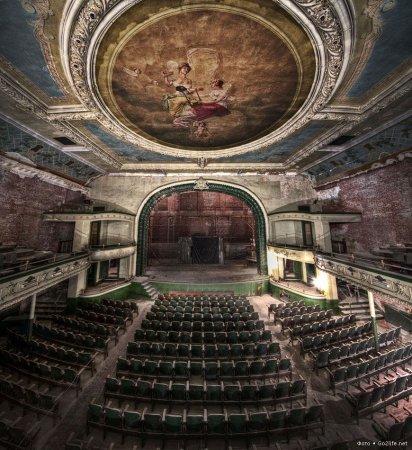 США. Старый заброшенный театр Нью-Бедфорд в Массачусетсе