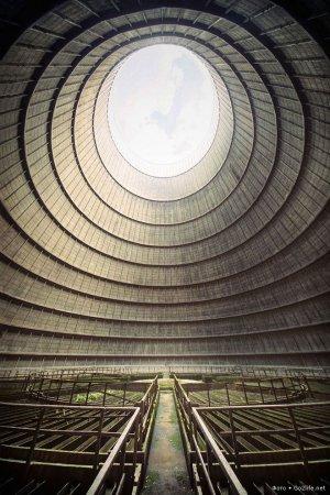Бельгия. Это часть охлаждающей башни заброшенной электростанции в Монсо