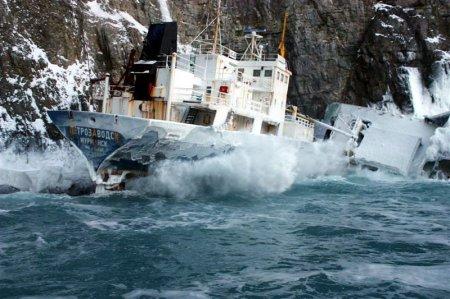 корабль ударился об скалы