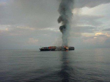 горящее грузовое судно