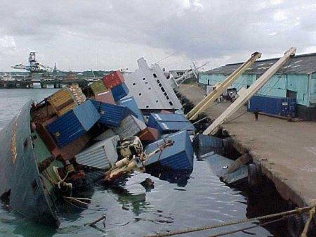 тонущее грузовое судно