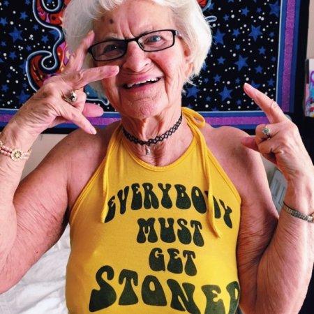 Бабуля куражится