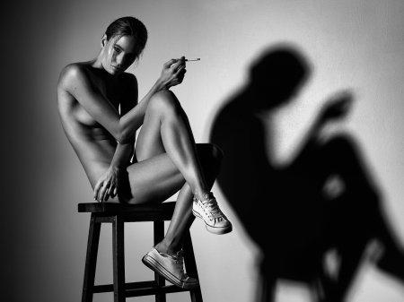 голая курящая девушка