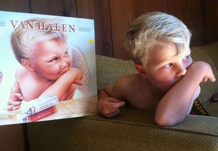 Мальчик и обложка альбома