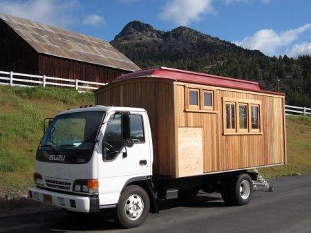 Дом, построенный на базе грузовика Isuzu NPR.