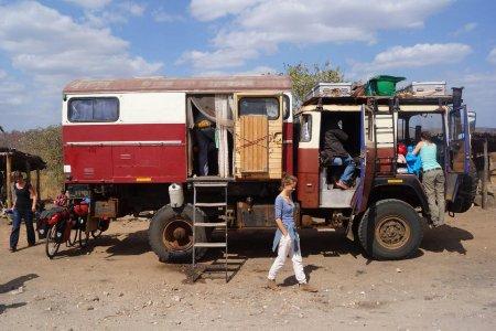 Замбия. Дом на колесах, сделанный из немецкой пожарной машины.
