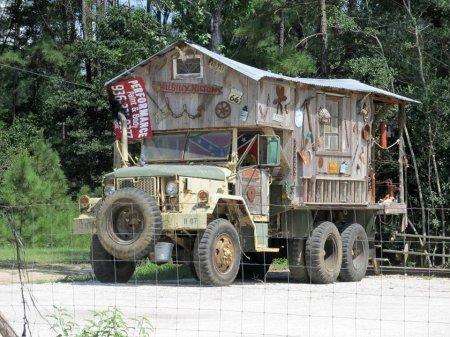 Этот дом на колесах в Техасе работает рекламной вывеской для кафе.