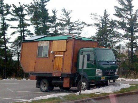Дом сделан из грузовика Mitsubishi Fuso
