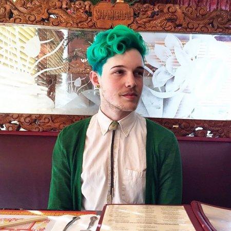 яркие зеленые волосы