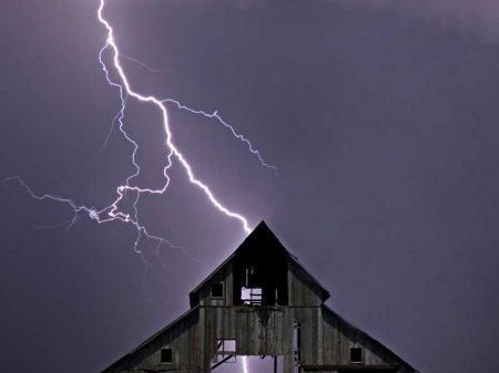молния бьет в дом