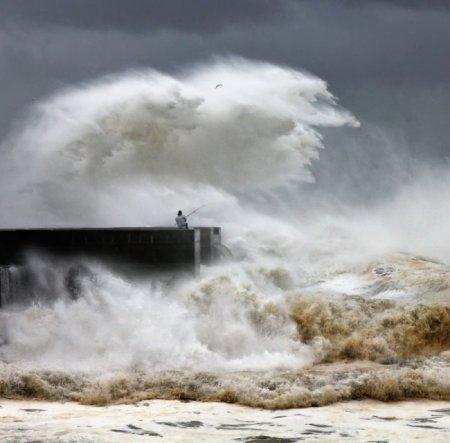 шторм на море и рыбак