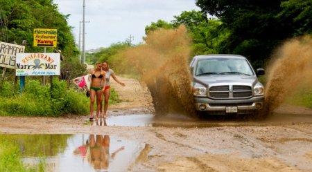 машина обрызгала девушек