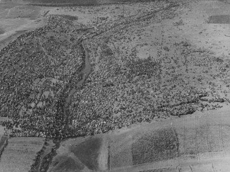 Аэрофотосъемка места сбора советских военнопленных в поле под Харьковом, Украина, 1942 год.