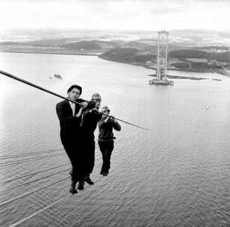 Строительство моста Форт-Роуд-Бридж, Шотландия, 1961 год.