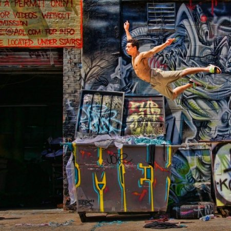 на фоне графити