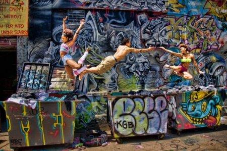 танцоры в прыжке