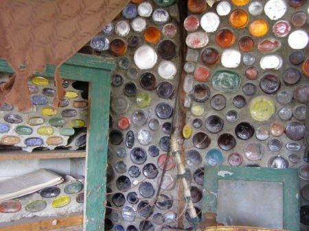 стена из бутылок