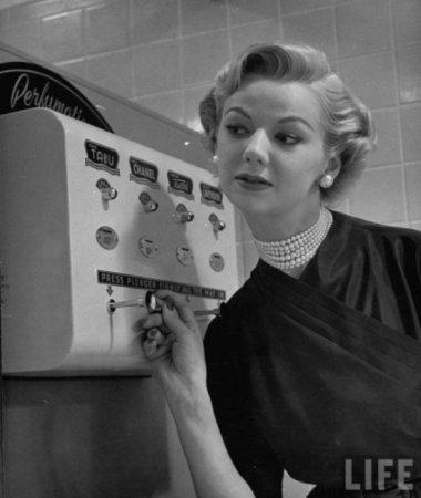 Автомат для опрыскивания духами, 1952 год
