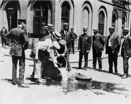 Избавление от алкоголя с помощью системы канализации Нью-Йорка. 1920 год