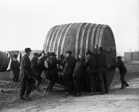Рабочие укатывают прочь бочки с пивом. Теперь их пивной завод будет заниматься изготовлением мороженого. 1920 год