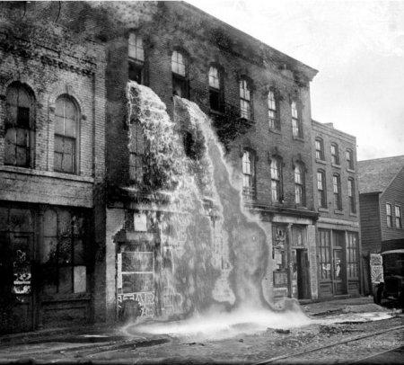 Исполнители закона выливают ликер прямо из окон завода. 1929 год