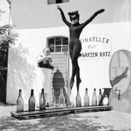 17-летняя Бьянка Пассарге из Гамбурга танцует на винных бутылках в костюме кошки, 1958 г.