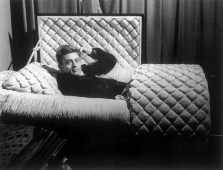 Американский актёр Джеймс Дин позирует в гробу в своём доме, январь 1955. В этом же году он погиб в автомобильной катастрофе