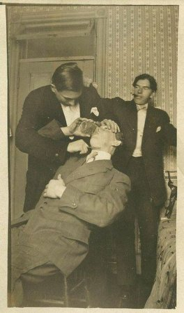 Экстремальная студенческая забава - выпить стакан (воды) с плотно прижатой к горлу опасной бритвой, 1910 г.