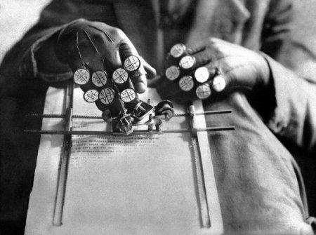 Австрийский изобретатель Алоис Гампер демонстрирует своё изобретение - машинописные перчатки для ведения бухгалтерского учёта, 16 февраля 1935 года.