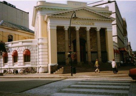 """Здание """"МакДональдс"""" с колоннами, Норвегия, 1996 год"""