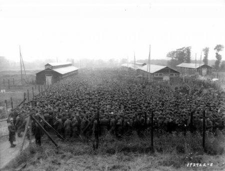 Немецкие военнопленные буквально упакованные в тесном загоне лагеря военнопленных.