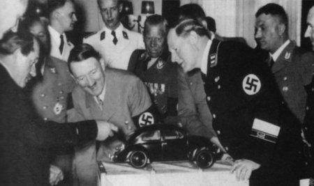 """Фердинанд Порше (крайний слева) демонстрирует модель первого """"Жука"""" Гитлеру, 1934"""