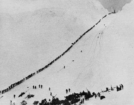 Поток золотоискателей через перевал Чилкут – единственный путь к приискам у города Доусон, 1898