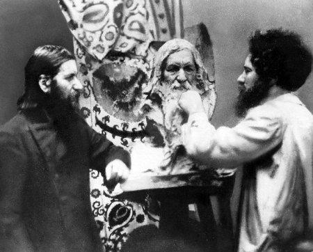 Н. Л. Аронсон работает над бюстом Г.Е. Распутина, 1915, Петербург