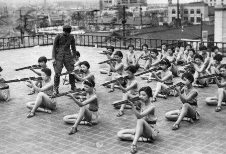 Девушки на занятиях по военной подготовке на крыше дома в Осаке. Япония. 1937 год