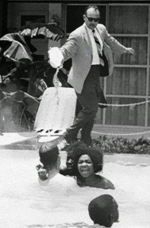 Менеджер мотеля льет кислоту в бассейн, где плавают чернокожие, 1964 г.