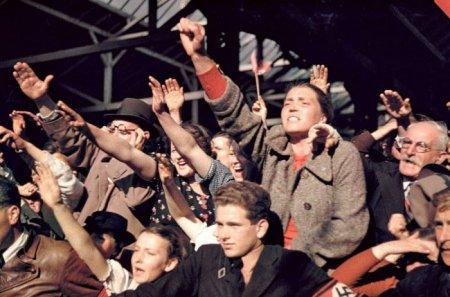 Толпа приветствует Гитлера во время присоединения Австрии к Германии, 1938 г.