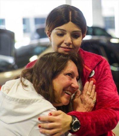 Женщина слушает стук сердца своего сына внутри реципиента. А сын был донором, он погиб.