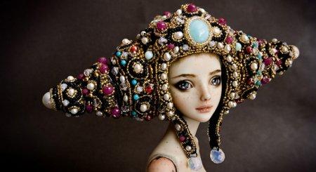 кукла в удивительной шапке
