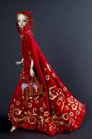 кукла в красном