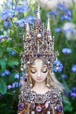 кукла с короной