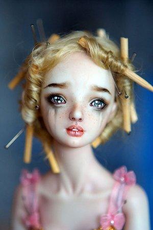плачущая кукла