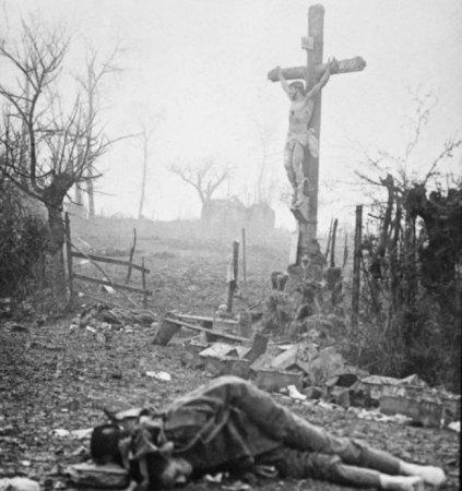 Мертвый солдат Первой Мировой около распятия. Сапоги уже сняли мародеры.